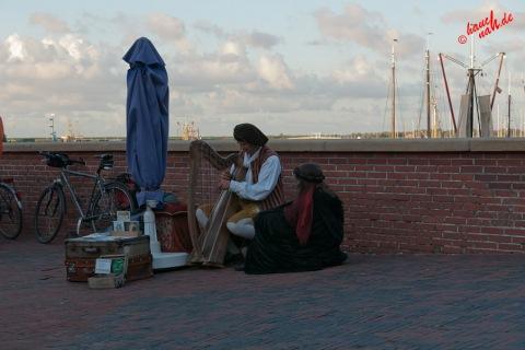 Greetsieler Hafen - der Ha(r)fenspieler und seine Muse