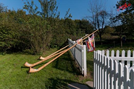 An den Zaun gelehnt - Alphornbläsertreffen Bergisches Land 2011
