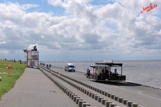 Schlickschlittenrennen 2012 - Strandblick gen Campen, Aufbau von Bühne und Catering