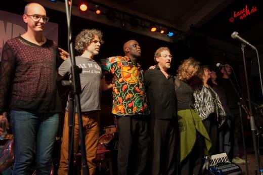 Verbeugung vor dem Publikum: Hazmat Modine im Herbrand\'s Köln - 28.05.2013