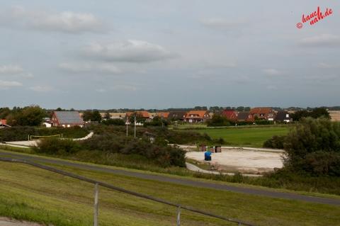 Trockenstrand bei Upleward - Sonnen und Beachvolleyball spielen im Windschatten des Deiches