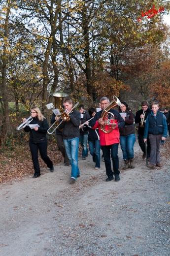 Die Kapelle begleitet den Martinsumzug musikalisch - Freilichtmuseum Lindlar am 11.11.2011