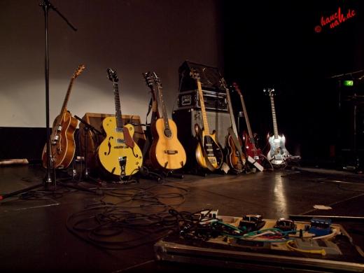 Erdmöbel-Bühnenbild mit Gitarren und Bässen - 09.12.2011 /Foto: Stefan Schmidt