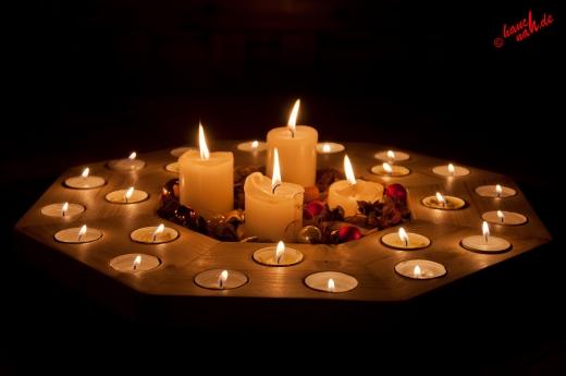 Licht in der dunklen Jahreszeit - Adventskranz + Adventskalender = Adventskranzkalender