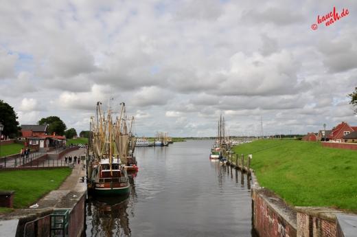 Greetsiel: Brückenblick auf die Krabbenkutterflotte im Hafen