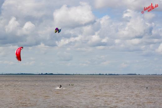 Immer im Wind - Kitesurfer beim Trockenstrand Upleward