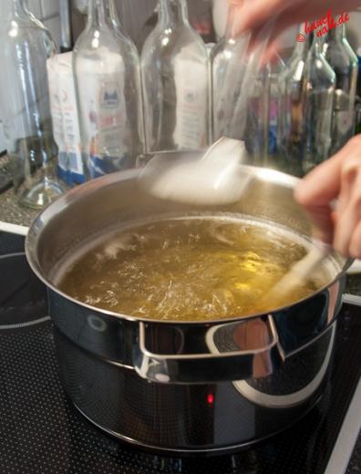 Holunderblütensirup - Schaum abschöpfen
