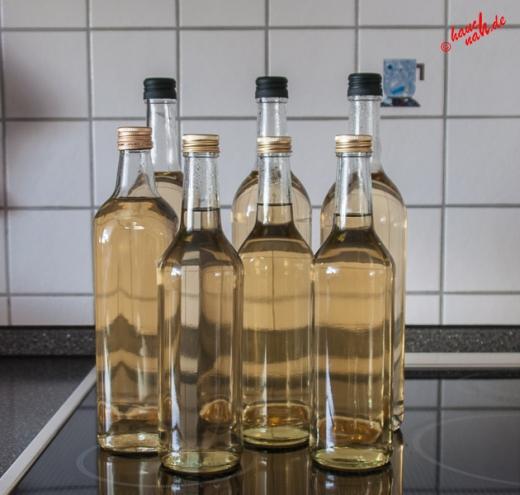 Das Ergebnis - Holunderblütensirup in Flaschen abgefüllt