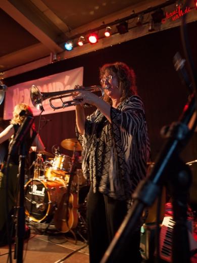 Pamela Flemings gefühlvolles Trompetenspiel: Hazmat Modine im Herbrand's Köln - 28.05.2013 /Foto: Stefan Schmidt